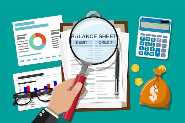 Appunti con bilancio e penna. calcolatrice denaro saldo. rendiconti finanziari dichiarazione e documenti. contabilità, contabilità, audit di addebito e calcolo del credito.