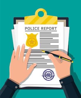Appunti con rapporto della polizia e penna in mano. foglio di segnalazione con distintivo della polizia d'oro.
