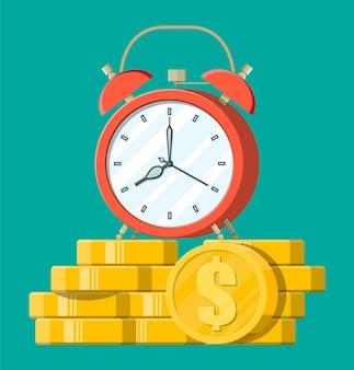 Orologio, monete d'oro del dollaro. entrate annuali, investimenti finanziari, risparmi, depositi bancari, entrate future, benefici in denaro. il tempo è il concetto di denaro.