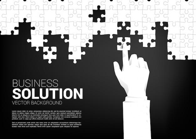 La fine sulla mano di due uomini d'affari ha messo il pezzo del puzzle per adattarsi insieme. concetto di business di soluzione e business matching.