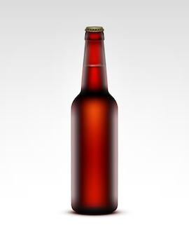 Bottiglia di vetro trasparente marrone chiusa chiusa di birra rosso scuro per il marchio si chiuda su priorità bassa bianca