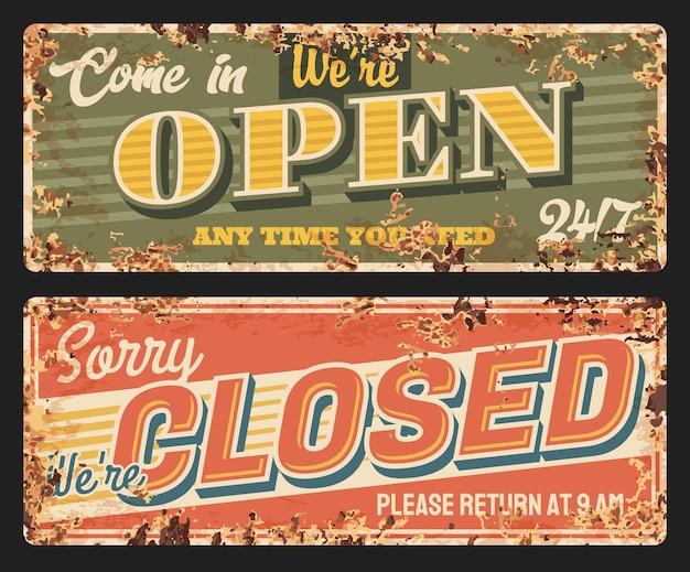 Piastra metallica chiusa e aperta arrugginita, pannelli porta negozio, insegne retrò