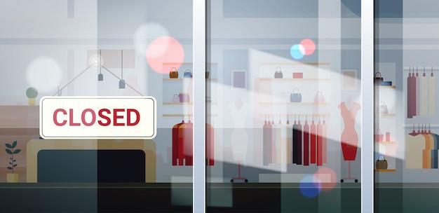 Segno chiuso appeso al di fuori del centro commerciale di abbigliamento femminile coronavirus crisi di quarantena pandemia commercio