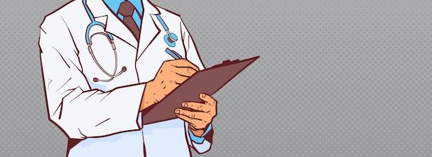 Il primo piano del dottore hold clipboard making notes scrive la diagnosi