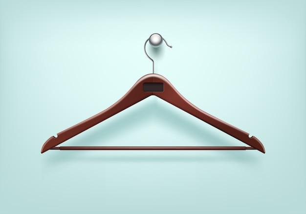 Gancio rosso di legno del cappotto di vestiti con la fine dell'etichetta del metallo su isolato su fondo