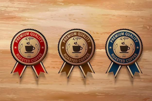 Set di badge premium caffè, tre diversi tipi di etichetta nell'illustrazione sul tavolo di legno