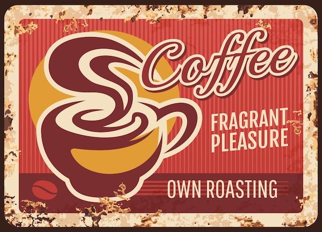 Piastra di metallo arrugginito caffetteria. tazza di caffè caldo, caffè americano fumante o caffè espresso. cafe, coffeehouse con retro banner di fagioli tostati localmente, segno grungy o poster con texture ruggine