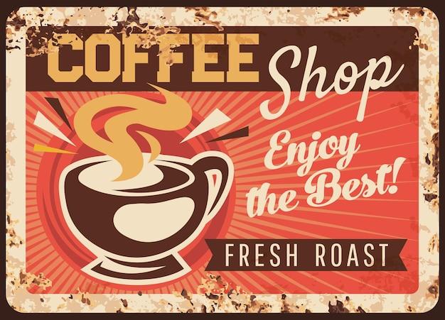 Piastra di metallo arrugginito caffetteria, tazza fumante, bevanda calda caffè torrefatto