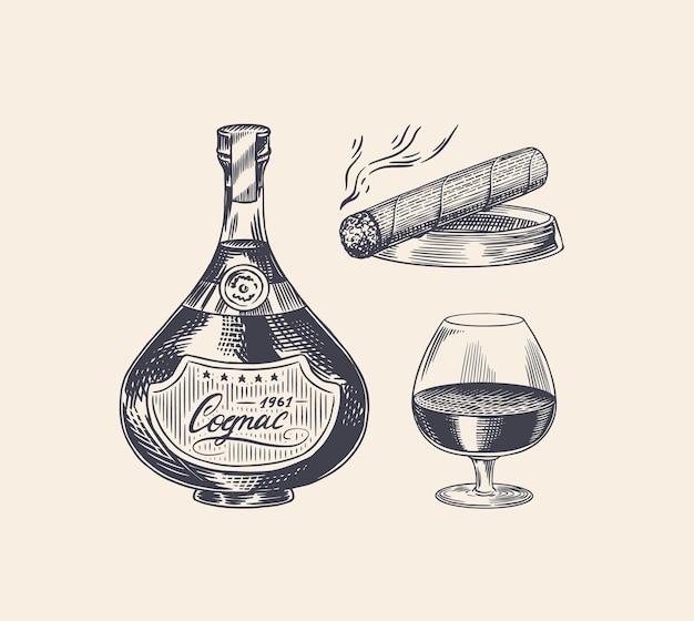 Bottiglia di cognac e calice di vetro e sigaro