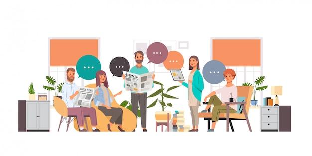 Colleghi che leggono i giornali che discutono insieme le notizie chiacchierano il concetto di mass media di comunicazione della bolla