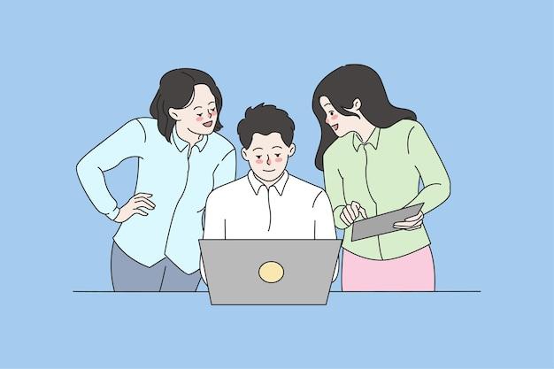 I colleghi lavorano insieme al computer discutono del progetto aziendale