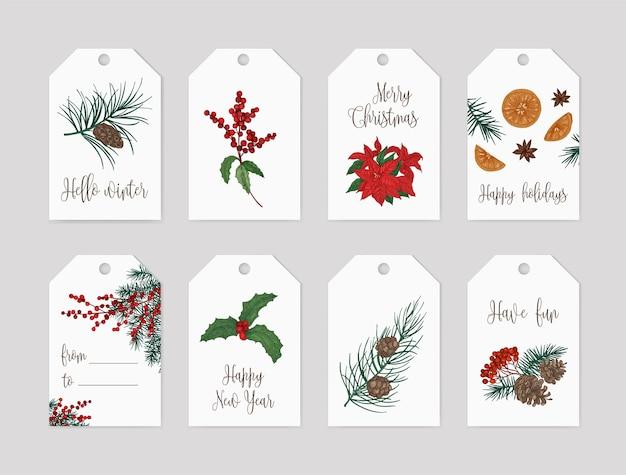 Raccolta di modelli di etichette o cartellini natalizi decorati con piante stagionali: rami e coni di conifere, bacche e foglie di agrifoglio, stella di natale, arance e anice stellato