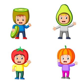 Collezione di ragazzi carini che usano il costume da frutta carino con colori diversi