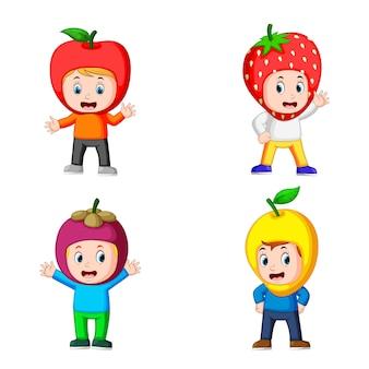 Collezione di ragazzi carini che usano il costume di frutta con diverse varianti