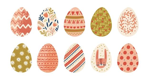 Raccolta di uova di pasqua decorate isolato su sfondo bianco