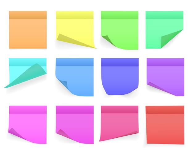Raccolta di fogli di carta per appunti di diversi colori con angolo arricciato e ombra, pronti per il tuo messaggio. realistico. isolato su sfondo bianco. impostato.