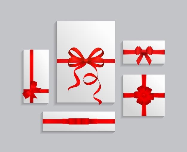 Collezione di scatole regalo con nastri rossi