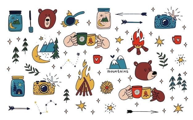Raccolta di elementi colorati disegnati a mano di attività ricreative all'aperto da campeggio e animali della foresta