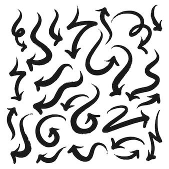 Raccolta delle frecce disegnate a mano di stile di scarabocchio isolate su fondo bianco. icone del segno di freccia, frecce