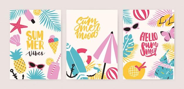 Collezione di modelli di carte o volantini estivi con scritte decorative estive e attributi di spiaggia tropicale paradiso esotico. illustrazione stagionale creativa variopinta nello stile piano del fumetto.