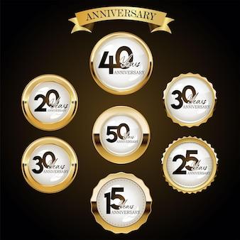 Una raccolta di vari design di etichette per l'anniversario