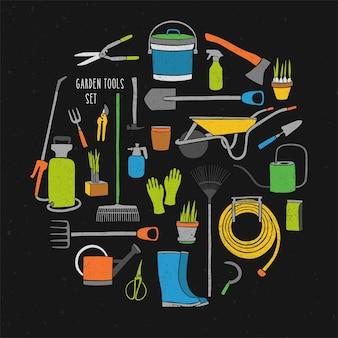 Raccolta di varie colorate attrezzature agricole per il lavoro in giardino isolato su sfondo nero.