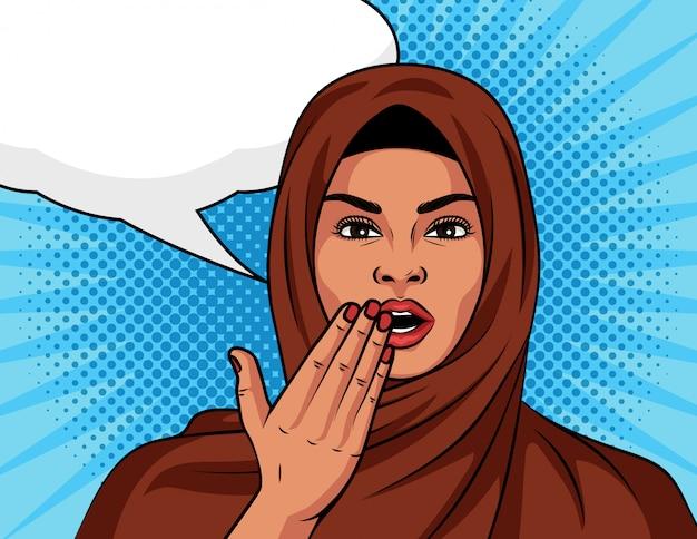 Colore in stile arabo pop art ragazza comica sorpresa. bella donna in uno scialle islamico tradizionale sulla sua testa sotto shock. donna musulmana con un'espressione stupita faccia su sfondo di mezzetinte