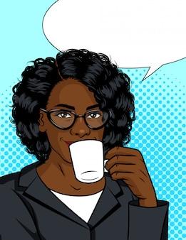 Illustrazione a colori di una ragazza che beve il caffè. afroamericano con una tazza di bevanda calda.