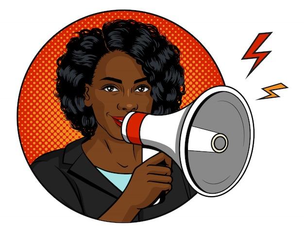 Illustrazioni a colori in stile pop art. donna afroamericana con un altoparlante in mano. una bella donna dalla pelle scura parla al microfono. il capo femminile riuscito tiene il megafono