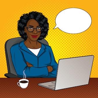 Illustrazione a colori di imprenditori di successo afroamericani in ufficio. la bella signora felice con le armi ha attraversato la seduta su una sedia davanti ad un computer portatile.