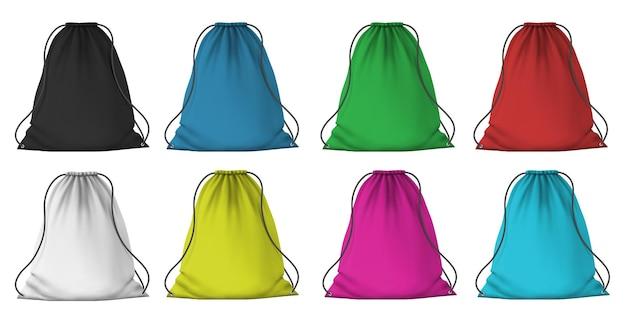 Modello di zaino sportivo a colori. pacchetti di stoffa realistici con corde per vestiti. sacchetti con coulisse in tessuto rosso, blu, rosa e verde, set vettoriale 3d. illustrazione del sacchetto del bagaglio, modello di tascapane