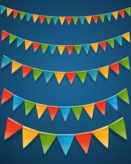 Ghirlande di bandiere triangolari colorate.
