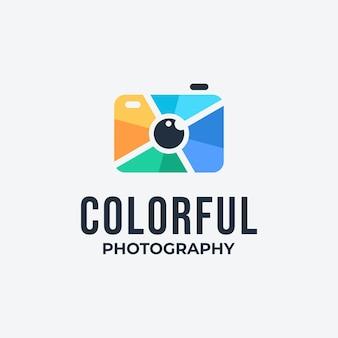 Logo colorato della macchina fotografica con il concetto dell'occhio. icona della visione digitale