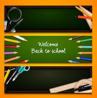 Pastelli colorati e materiale scolastico sulla lavagna