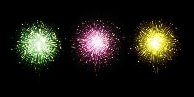 Fuochi d'artificio colorati su sfondo scuro con bokeh scintillante.