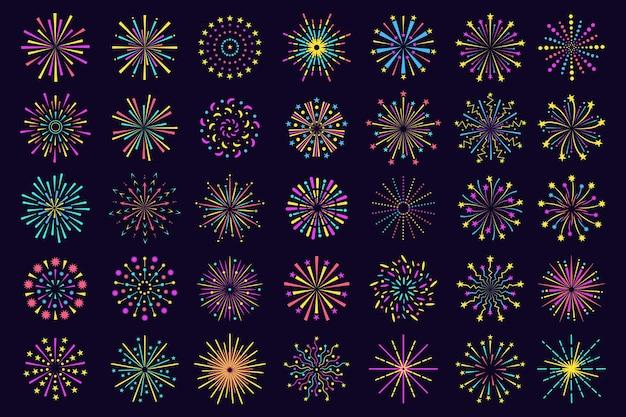 Icona variopinta dei fuochi d'artificio, scintilla festiva astratta del petardo. esplosione di fuochi d'artificio, luci del bengala scoppiano insieme di vettore di elementi di celebrazione del partito. fuoco festivo incandescente isolato sul cielo notturno