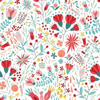 Modello senza cuciture floreale colorato con bacche, foglie e fiori su sfondo bianco.