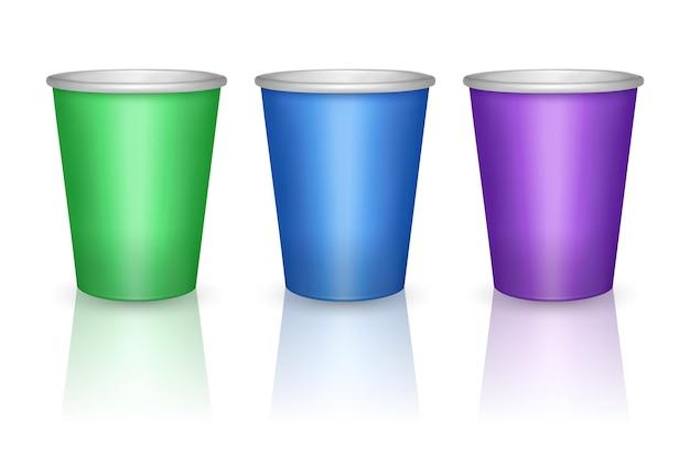 Bicchieri di carta colorati verdi, blu e viola isolati