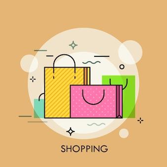 Shopper in carta colorata con manici. concetto di acquisto di beni, vendite e sconti, commercio online e offline, vendita al dettaglio su internet. illustrazione creativa Vettore Premium