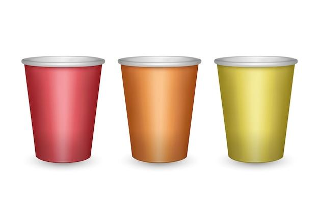 Bicchieri di carta colorati rossi, arancioni e gialli isolati