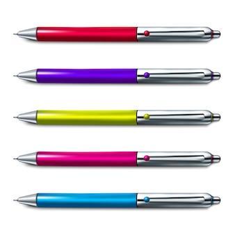 Insieme variopinto della penna a sfera su fondo bianco.