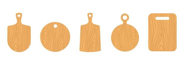 Set colorato di tagliere diverso in legno chiaro isolato su sfondo bianco