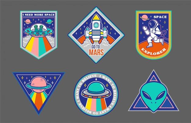 Insieme variopinto di toppe, adesivi, stemmi con oggetti disegnati a mano nello stile dello spazio: alieno, ufo, astronave, astronauta.