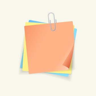 Carta adesiva colorata e clip in acciaio su sfondo bianco