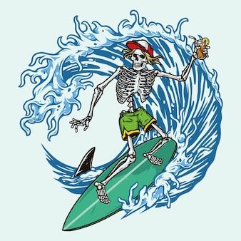 Surf colorato con scheletro in berretto da baseball e pantaloncini che tengono cocktail e cavalcano onde isolate