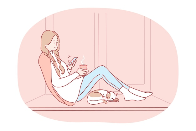 Comodo relax a casa con smartphone e bevanda calda. personaggio dei cartoni animati di giovane ragazza felice che si siede sul davanzale della finestra con tè, chattare online su smartphone, godersi il riposo a casa vicino al gatto addormentato