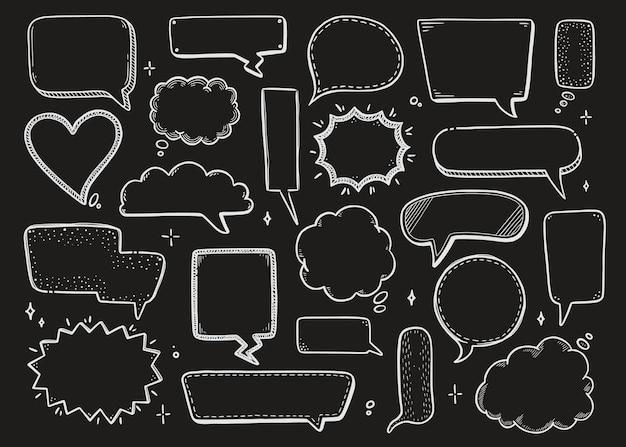 Fumetto comico con forma rotonda, stella, nuvola. stile doodle schizzo disegnato a mano su priorità bassa della lavagna. illustrazione vettoriale chat bolla discorso, elemento messaggio per testo preventivo.