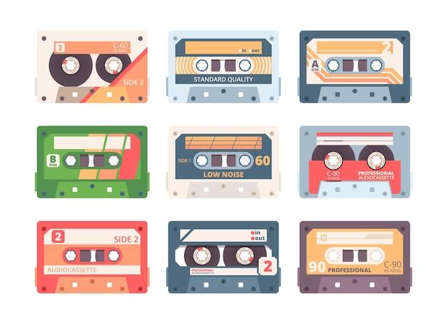 Set piatto colorato a cassetta compatta. collezione di dispositivi stereo retrò. musicassetta, nastri a cassetta vintage isolati su bianco. registrazione e riproduzione audio