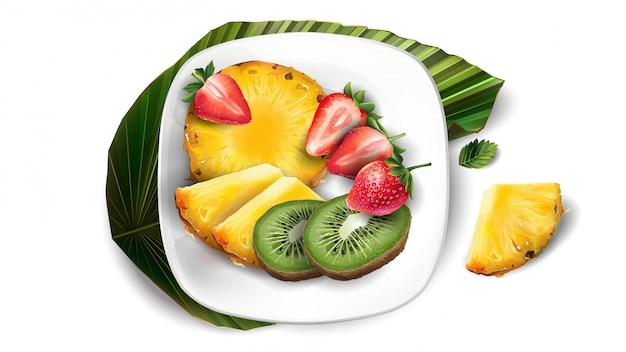 Composizione di ananas, kiwi e fragole su un piatto bianco e foglia.