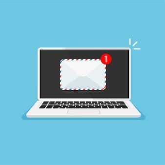 Monitor del computer con busta sul display notifica dello schermo del laptop ricezione o invio di una nuova lettera